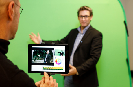 Green screen, I pad och man
